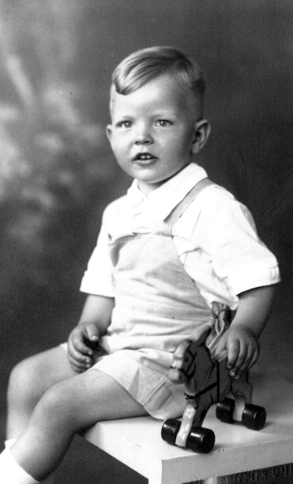 Dr. Ernst-Josef Strätling im Alter von 4 Jahren. (sitzender Junge)
