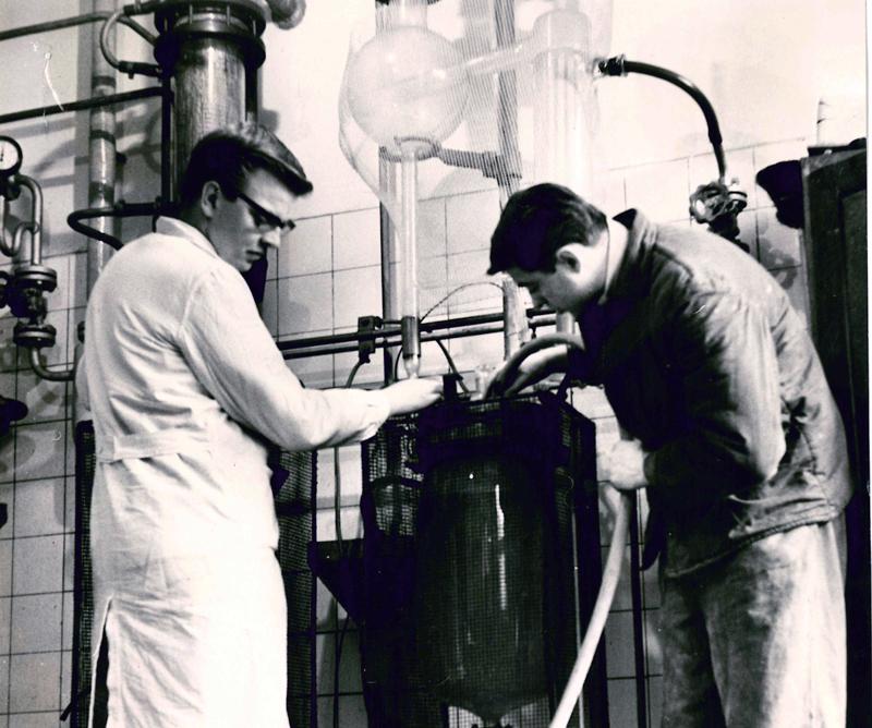 Dr. Ernst-Josef Strätling (links) als junger Forscher im Jahre 1963 beim damaligen VEB Berlin-Chemie. (2 Chemiker vor einer Glasapparatur im Labor ))