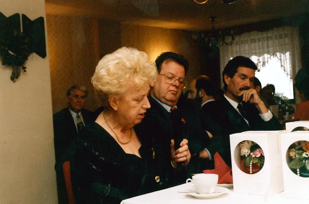 Mit Firmenerbin Barbara Fischer (1926 –2005) und Mark Seidscheck, Hauptgeschäftsführer des Bundesfachverbandes der Arzneimittel-Hersteller (BAH) während des 90-jährigem Firmenjubiläum im Jahr 1996. (eine Frau und 2 Männer sitzen an einem Tisch)