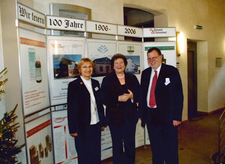 Dr. Ernst-Josef Strätling mit Ehefrau Elisabeth (links) und der damaligen Thüringer Landtagspräsidentin Dagmar Schipanski (CDU) beim  100-jährigen Firmenjubiläum von Hofmann & Sommer. ( 2 Frauen und ein Mann stehen vor einer Schautafel)
