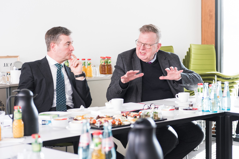 Im Gespräch mit MdB Albert Weiler (CDU). (2 Männer sitzen an einem Tisch und diskutieren).