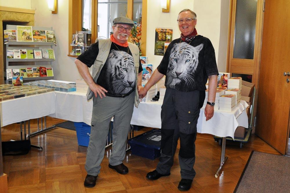 """Das Autorenpaar das Autorenpaar Iny Klocke und Elmar Wohlrath, besser bekannt unter dem Pseudonym """"Iny Lorentz stehen vor Büchern."""