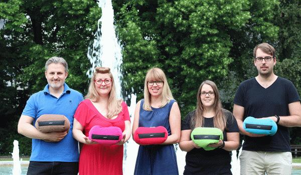 Fünf Leute prsäentieren die IPad-Kissen von MadeByBrain.
