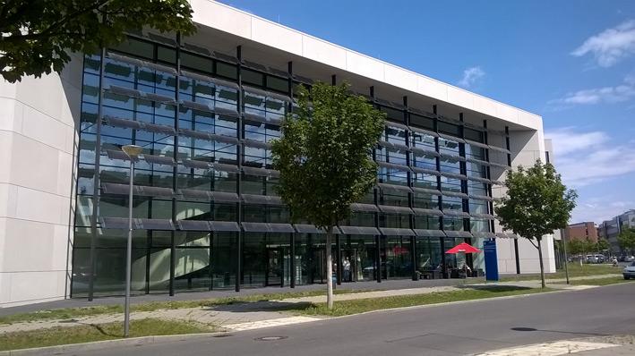 Ein modernes Forschungsgebäude in Berlin Adlershof.