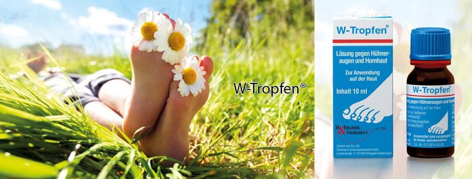 Füße mit Blumen zwischen den Zehen auf einer Wieser, daneben ein Hühneraugen und Hornhaut Präparat.
